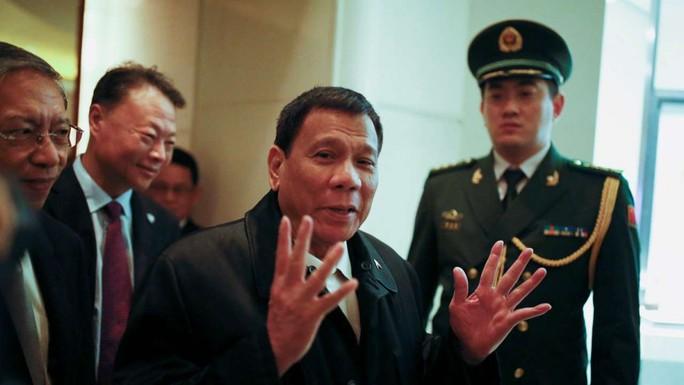 Ông Duterte về tới khách sạn ở Bắc Kinh. Ảnh: REUTERS
