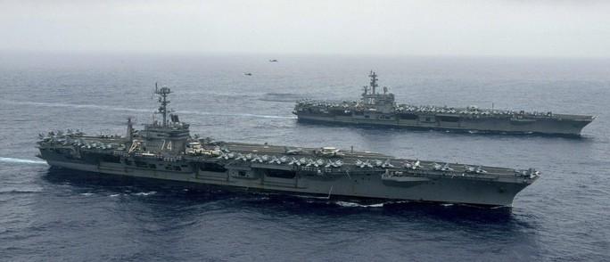Tàu sân bay USS Ronald Reagan (phía sau) hoạt động trong lãnh hải Philippines hồi tháng 6. Ảnh: REUTERS