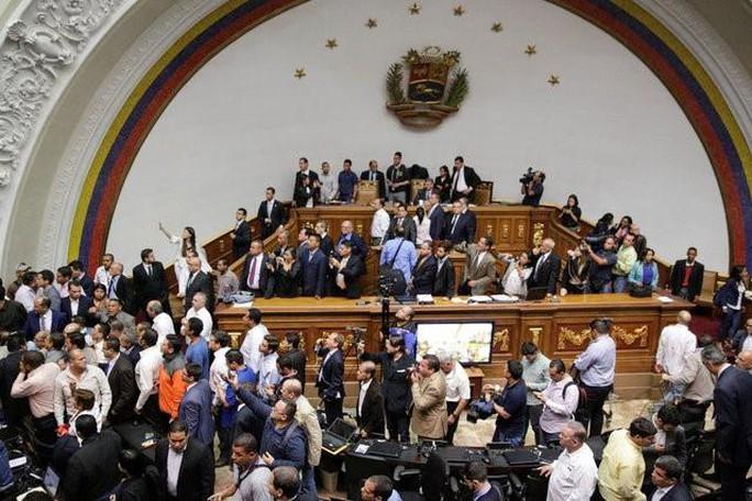 Phiên họp Quốc hội Venezuela rơi vào hỗn loạn hôm 23-10. Ảnh: REUTERS