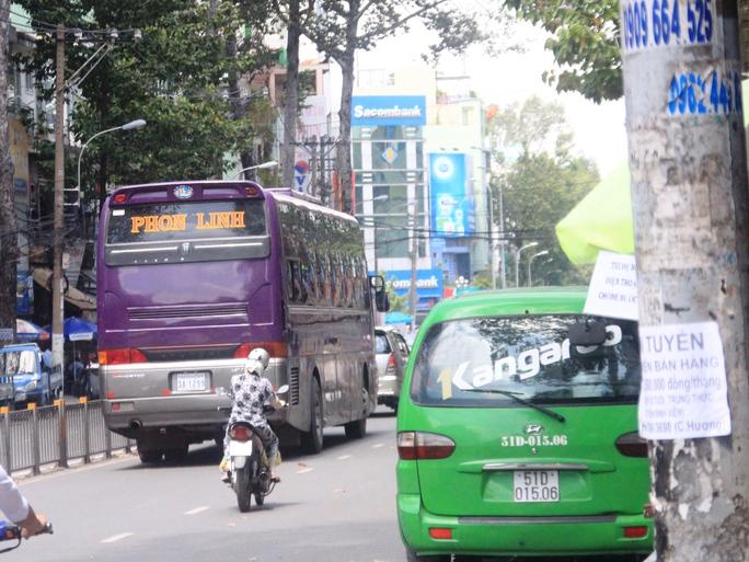 Đoạn cấm xe trên đường Lê Hồng Phong, phóng viên ghi nhận còn 1 chiếc xe khách trên 25 chỗ ngồi biển số nước ngoài lưu thông vào trưa 29-10
