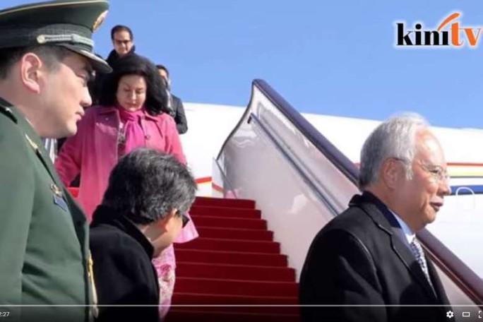 Thủ tướng Najib đáp xuống sân bay Bắc Kinh hôm 31-10. Ảnh: YOUTUBE
