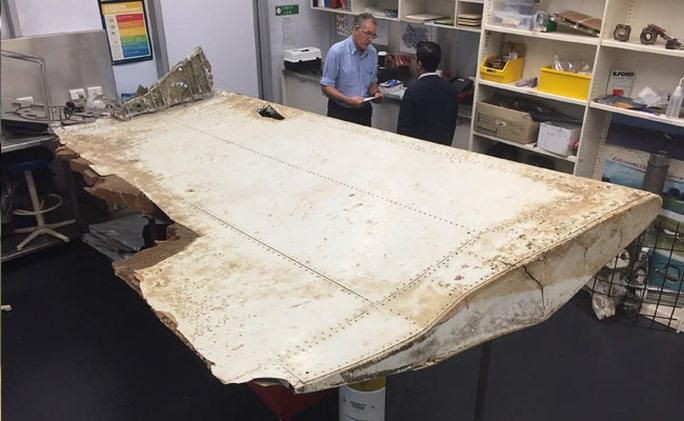 Một mảnh cánh được cho là thuộc về MH370. Ảnh: BLOOMBERG