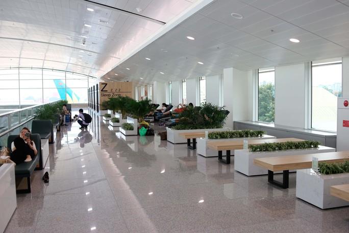 Khu nhà ga quốc tế sân bay Tân Sơn Nhất vừa mở rộng thêm nhiều tiện ích cho hành khách khi quá cảnh tại đây, trong đó gồm có khu vui chơi trẻ em, ghế ngủ miễn phí và phòng ngủ mini dành cho hành khách.