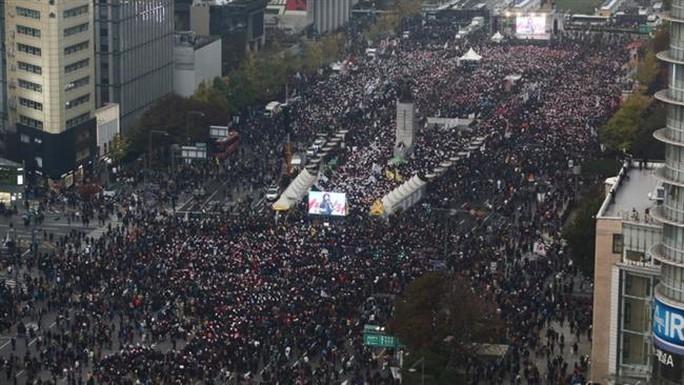 Hàng chục ngàn người biểu tình tập trung ở Seoul hôm 5-11. Ảnh: PRESS TV