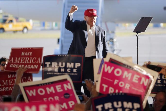 Ông Trump vận động ở sân bay quốc tế Minneapolis hôm 6-11. Ảnh: AP
