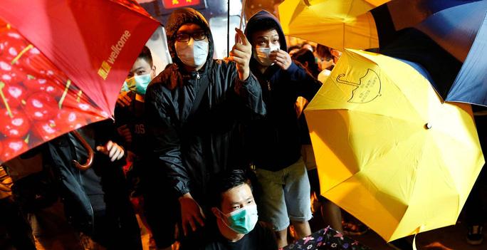 Biểu tình phản đối Trung Quốc diễn giải lại Luật cơ bản Hồng Kông hôm 6-11. Ảnh: REUTERS