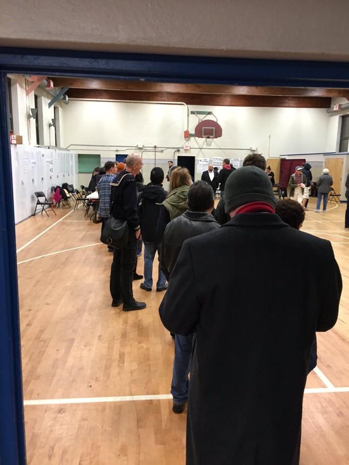 Cử tri bỏ phiếu ở TP Jersey, bang New Jersey lúc 6 giờ ngày 8-11. Ảnh: TWITTER