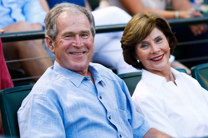 Ông Bush cùng vợ Laura đã rời khỏi khu vực bỏ phiếu với tấm phiếu trắng. Ảnh: PEOPLE