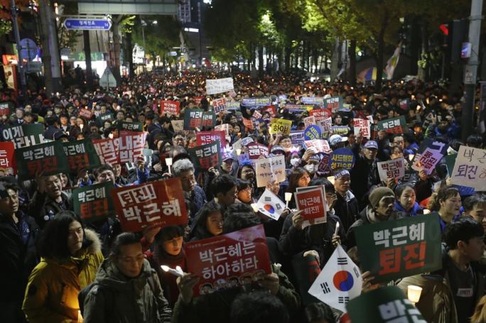 Hàng trăm ngàn người giăng biểu ngữ đòi bà Park từ chức. Ảnh: AP