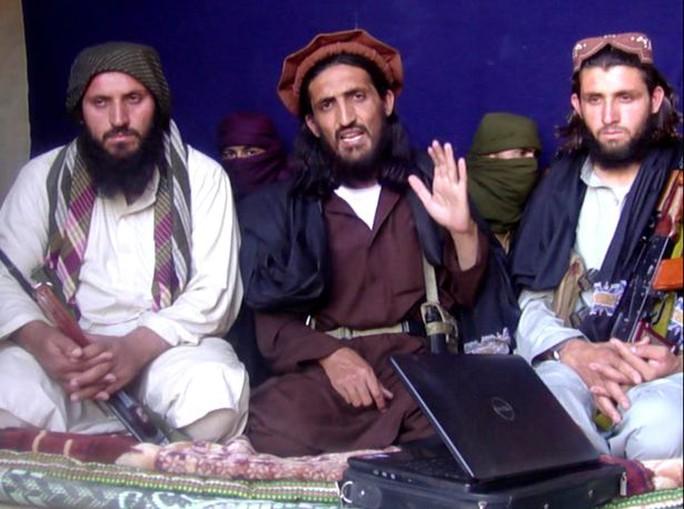 Abu Omar Khorasani (giữa). Ảnh: REUTERS