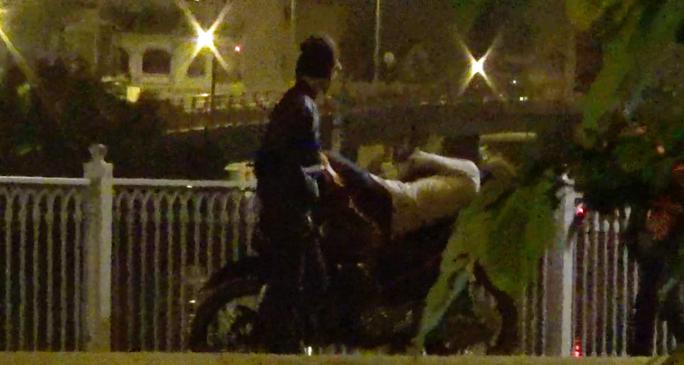 Đối tượng Quang sún đang tiêp cận một nạn nhân.