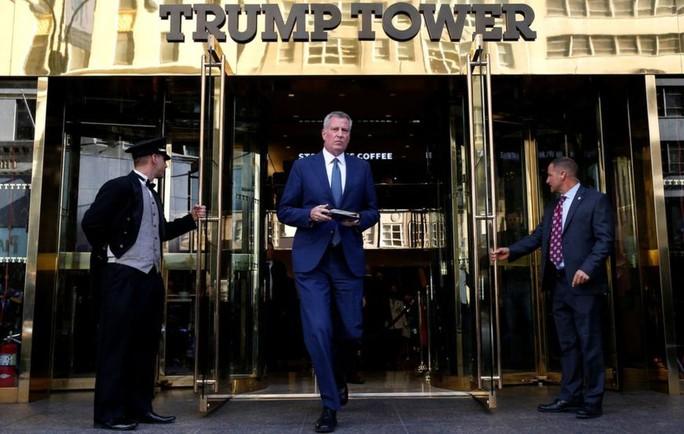 Thị trưởng New York Bill de Blasio sau cuộc họp ở tòa Tháp Trump. Ảnh: AP