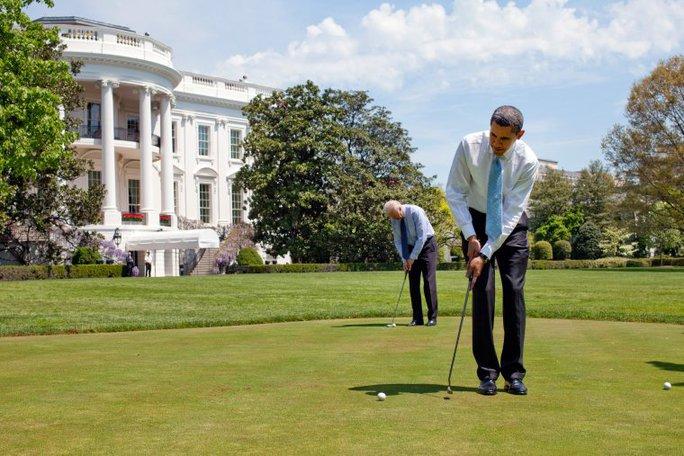 Cặp đôi tập chơi golf tại bãi cỏ Nhà Trắng ngày 24-4-2009. Ảnh: NHÀ TRẮNG