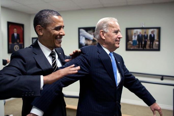Tổng thống Obama đùa giỡn với cấp phó trong hậu trường trước khi ký Luật Chứng khoán ngày 4-4-2012. Ảnh: NHÀ TRẮNG