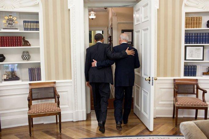Bức ảnh chụp ngày 4-5-2011. Hai ông Obama và Biden bá vai đi ăn trưa ở Phòng Bầu dục. Ảnh: NHÀ TRẮNG