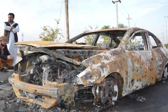 Chiếc xe dùng để đánh bom tự sát. Ảnh: REUTERS