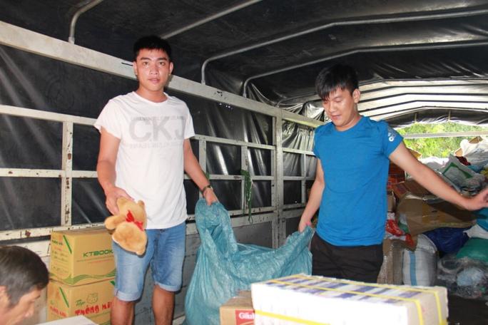 Đoàn công tác khẩn trương vận chuyển lương thực và nhu yếu phẩm cứu trợ cho bà con vùng lũ
