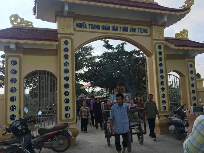 Nhiều người dân làng Vĩnh Trung tới tiễn đưa 2 cháu bé