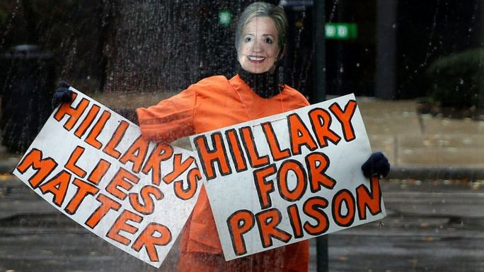 Ông Trump bị chỉ trích vì không bỏ tù bà Clinton như cam kết. Ảnh: REUTERS