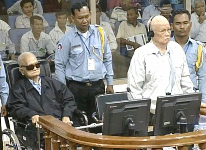 Hai bị cáo Nuon Chea (trái) và Khieu Sampha trong một phiên tòa năm 2014. Ảnh: CAMBODIA DAILY