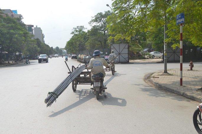 Xe cồng kềnh ngang nhiên chạy trên đường phố Hà Nội