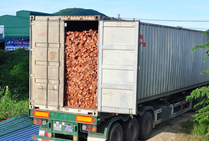 Xe container chở hơn 40 tấn gỗ hương bị tạm giữ tại Hạt kiểm lâm huyện Đức Phổ, Quảng Ngãi. Ảnh: Tử Trực