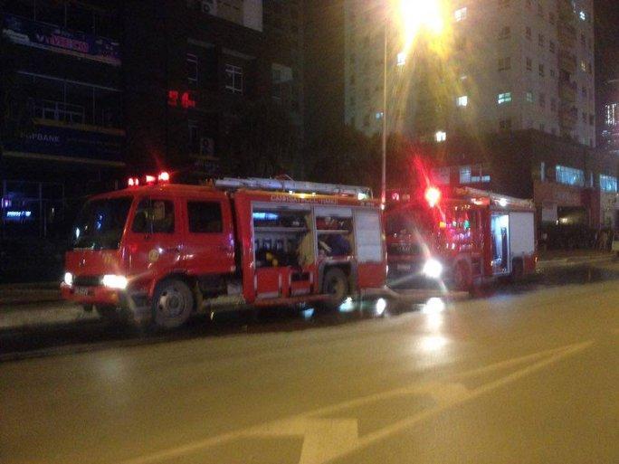 Hai xe chữa cháy được điều đến hiện trường để chữa cháy