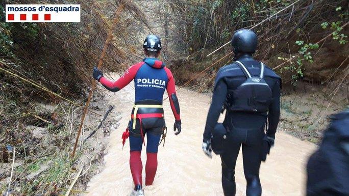 Nhân viên cứu hộ và cảnh sát tìm kiếm thi thể cô gái. Ảnh: TWITTER
