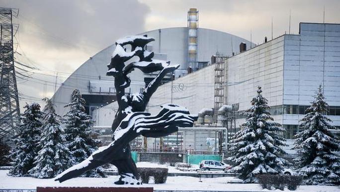 Vòm thép bao phủ lò phản ứng ở Chernobyl. Ảnh: AP, DAILY MIRROR