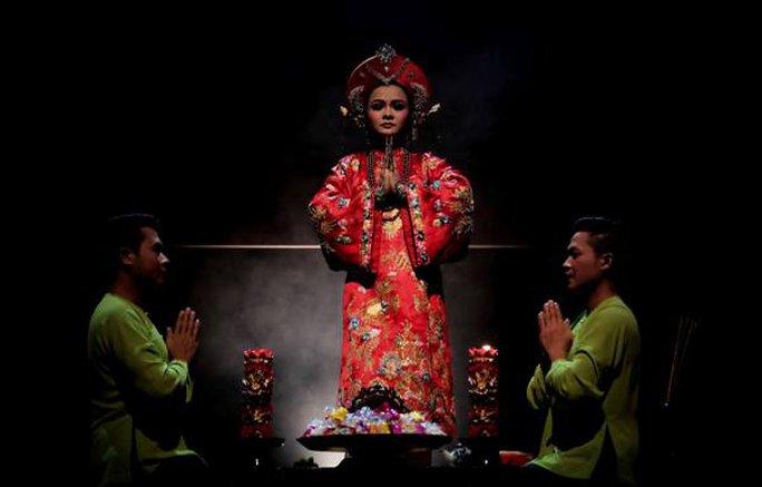 Một cảnh trong vở diễn Tứ Phủ, được thực hiện bởi nhiếp ảnh gia quốc tế danh tiếng Tewfic El-Sawy, người đã đi qua rất nhiều quốc gia để chụp các hình ảnh về văn hoá truyền thống