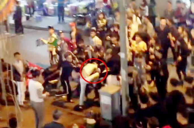 Một nam thanh niên bị đánh hội đồng - Ảnh cắt từ clip