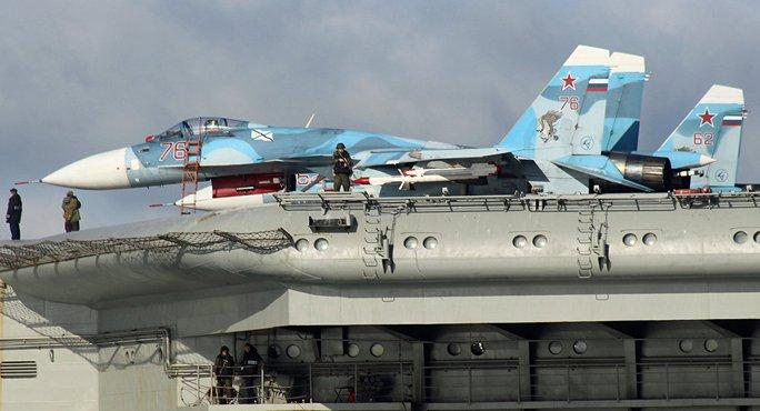 Một chiếc Su-33 Flanker đậu trên tàu sân bay Đô đốc Kuznetsov. Ảnh: SPUTNIK NEWS