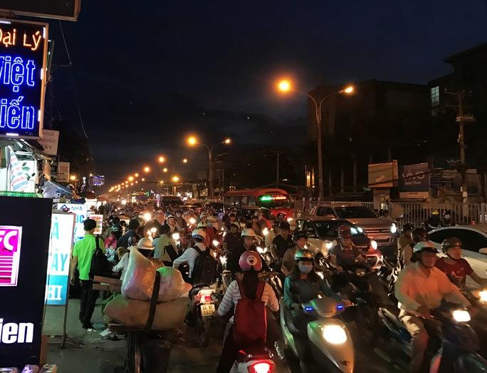 Dòng xe xếp thành hàng dài nhích từng chút, di chuyển từ ngã tư Bình Triệu đến cầu Ông Dầu (phường Hiệp Bình Chánh)