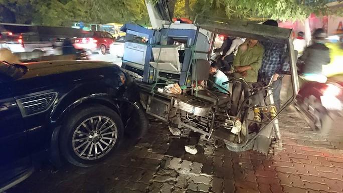 Xe Range Rover dồn toa 3 chiếc xe vào gốc cây - Ảnh: CTV