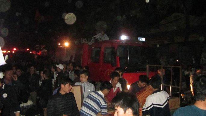 Người dân chuyển đồ đạc ra bên ngoài đề phòng cháy lan