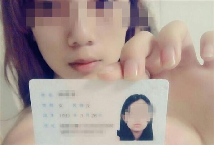 Nhiều nữ sinh Trung Quốc lấy ảnh và video nhạy cảm để thế chấp vay tiền. Ảnh: PEOPLE.CN