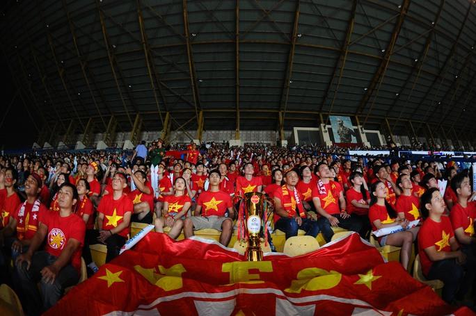 Cơn mưa trước khi trận bán kết lượt về diễn ra cũng không làm giảm nhiệt huyết của CĐV TP.HCM tiến về sân Quân khu 7 để cổ động cho ĐT Việt Nam