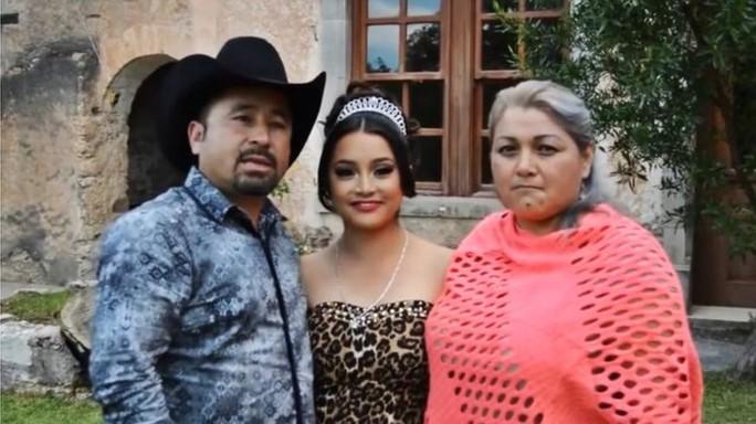 Ông Ibarra đứng cạnh con gái (đội một chiếc vương miện) và vợ - bà Anaelda Garcia. Ảnh: FACEBOOK