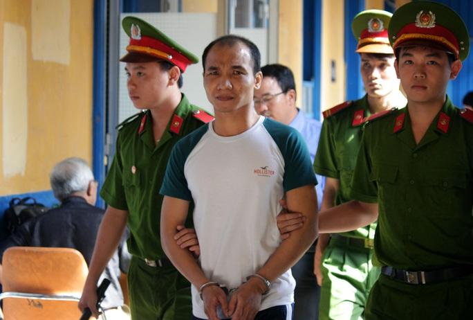 Bị cáo Trần Quang Tuyến được áp giải sau phiên tòa.