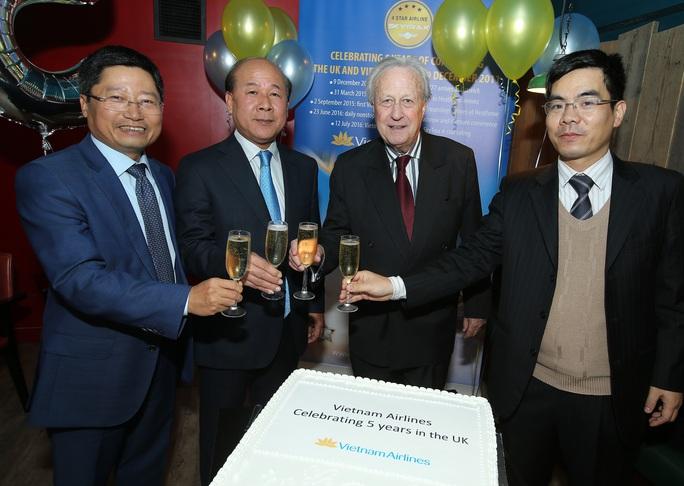 Lãnh đạo Bộ Giao thông Vận tải, Đại sứ quán Việt Nam tại Anh tại sự kiện - Ảnh: Ngọc Hằng