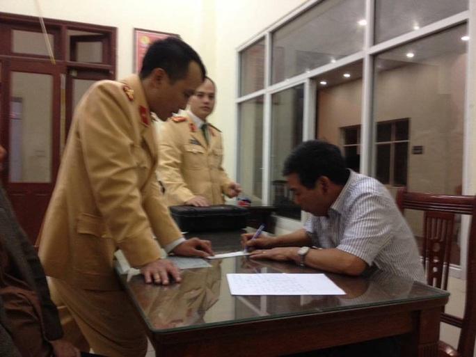 Tài xế Đinh Mạnh Hùng làm việc với Công an quận Đống Đa (TP Hà Nội)