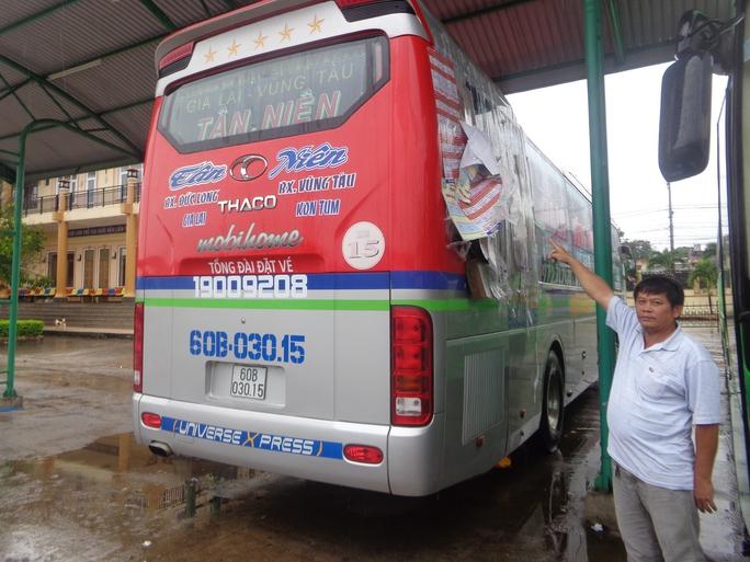 Xe khách hãng Tân Niên bị ném đá tối 11-12 - Ảnh: Dũng Chí