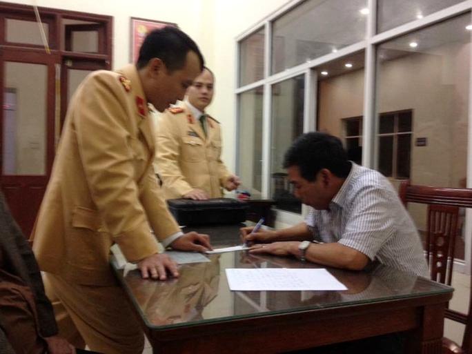 Ông Đinh Mạnh Hùng tại trụ sở Công an quận Đống Đa