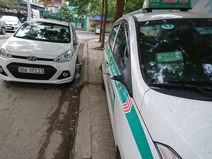 Nhiều xe taxi bất ngờ bị trộm mất gương khuôn viên khu đô thị Resco - Ảnh: Đức Duy