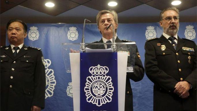 Cảnh sát Tây Ban Nha thông báo vụ bắt 200 nghi phạm lừa đảo Trung Quốc. Ảnh: EPA