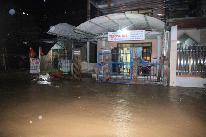 Nước tràn vào nhà dân lúc nửa đêm