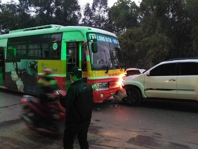 Chiếc xe Toyota Fortuner chỉ dừng lại khi tông vào xe chiếc xe buýt - Ảnh: Otofun