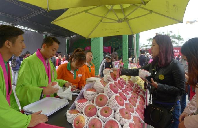 Khách hàng mua táo chính gốc Aomori tại Lễ ra mắt