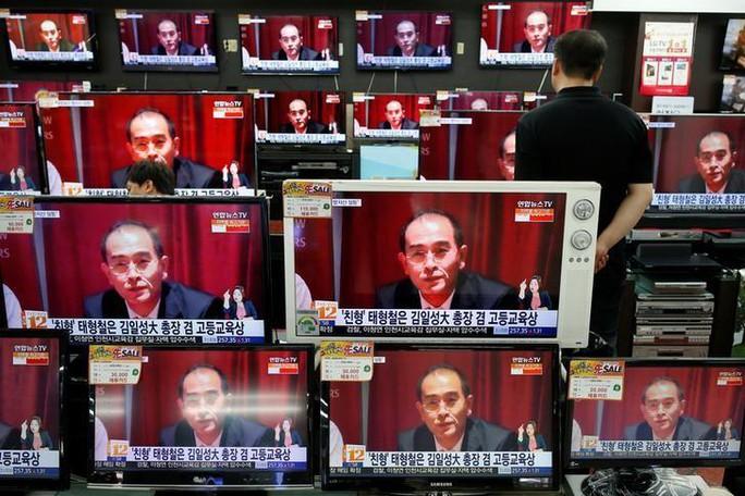 Truyền hình phát sóng bản tin ông Thae đào tẩu. Ảnh: REUTERS