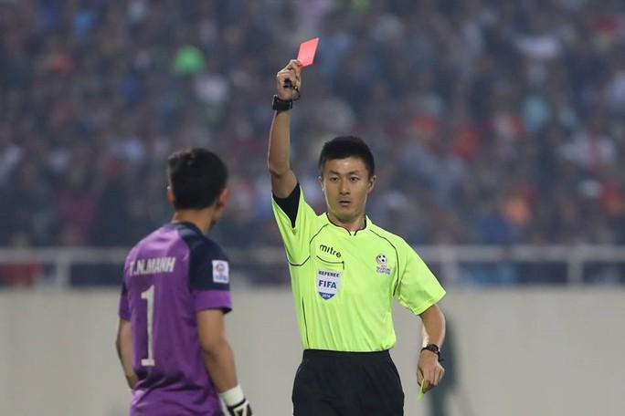 Trọng tài Fu Ming rút thẻ đỏ truất quyền thi đấu đối với thủ môn Nguyên Mạnh trong trận Bán kết lượt về AFF Suzuki Cup 2016 giữa Việt Nam gặp Indonesia